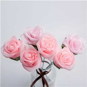 Farbband blüht die gefälschte Rose, die für Valentinstag mit Blumen geschmückt wird