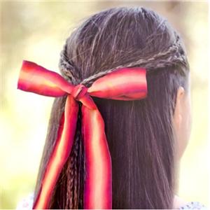 サテンまたはグログランリボンで髪を結ぶ方法