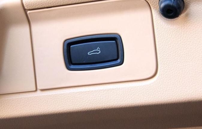 Porsche tailgate button